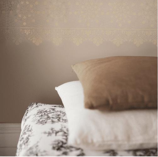 Cabecero de cama barato pintando la pared